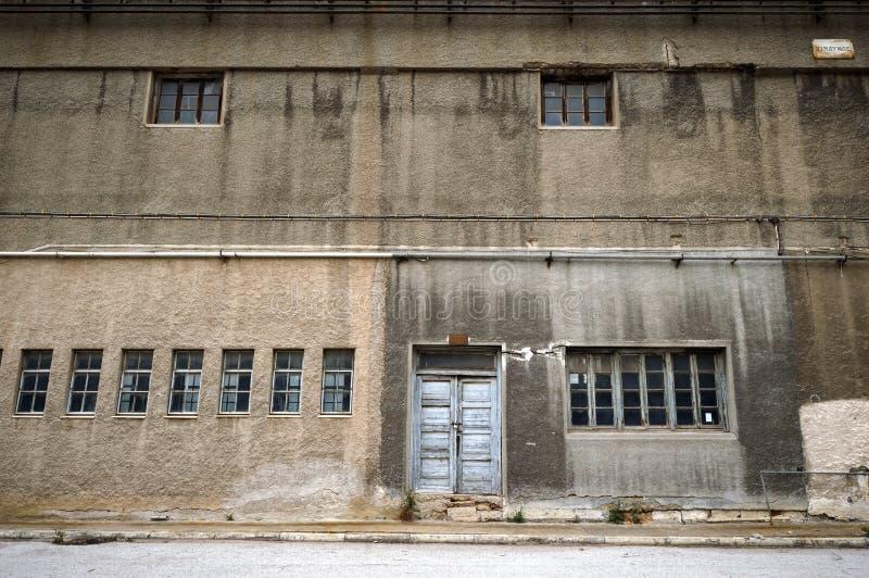 Vecchia facciata stagionata del fabbricato industriale fotografia stock