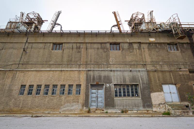Vecchia facciata stagionata del fabbricato industriale immagine stock