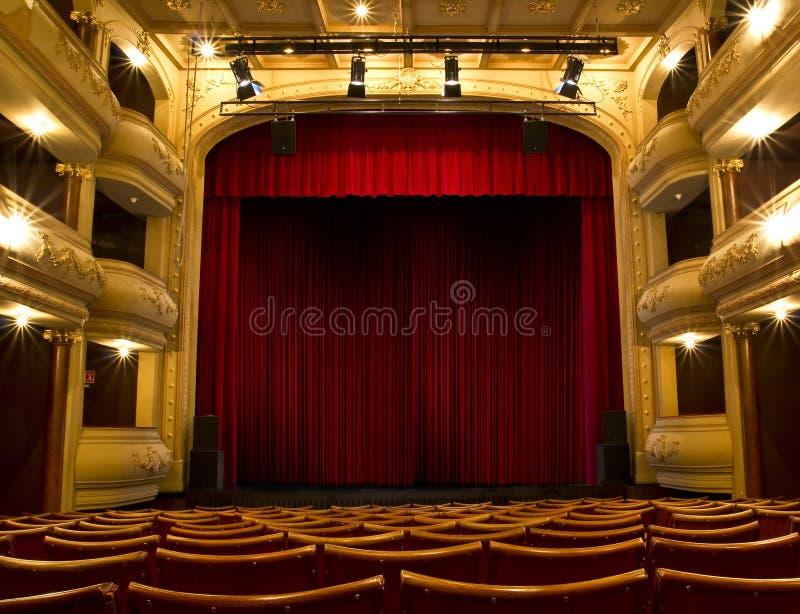 Vecchia fase del teatro e tenda rossa fotografia stock libera da diritti