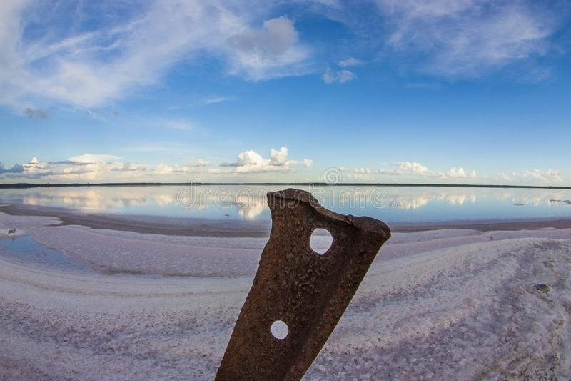 Vecchia ferrovia nella laguna del sale, Patagonia, Argentina immagini stock