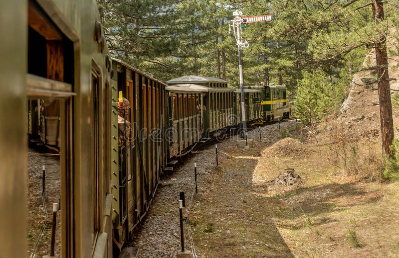 Vecchia ferrovia a scartamento ridotto locomotiva rumena alla stazione di Mokra Gora, Serbia fotografia stock libera da diritti