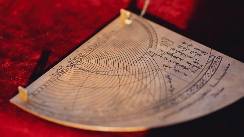 Vecchia fine araba del calendario di astrologia su fotografia stock