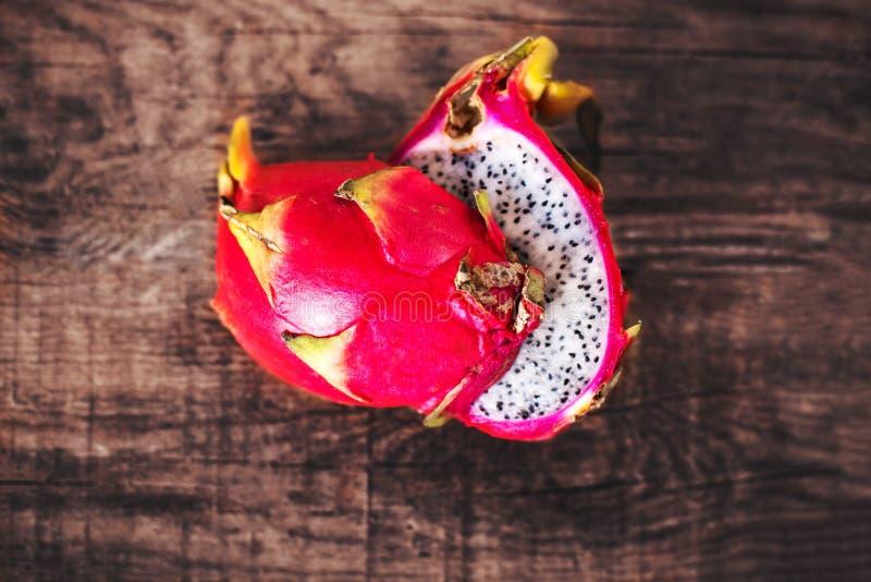 Vecchia fine di legno della Tabella di Dragon Fruit On su immagini stock