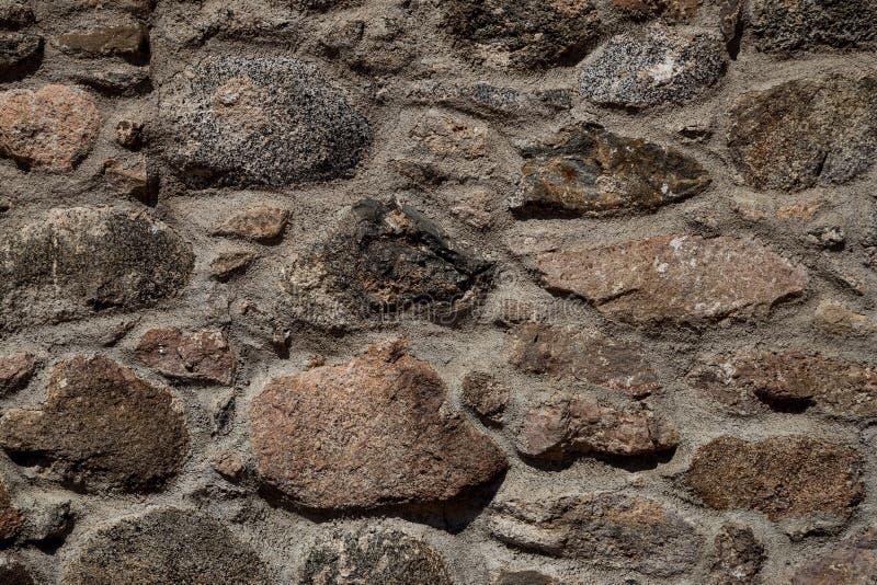 Vecchia fine di pietra della parete del castello sulla vista immagini stock