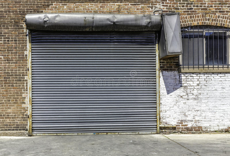 Vecchia fine industriale della porta del garage su fotografia stock