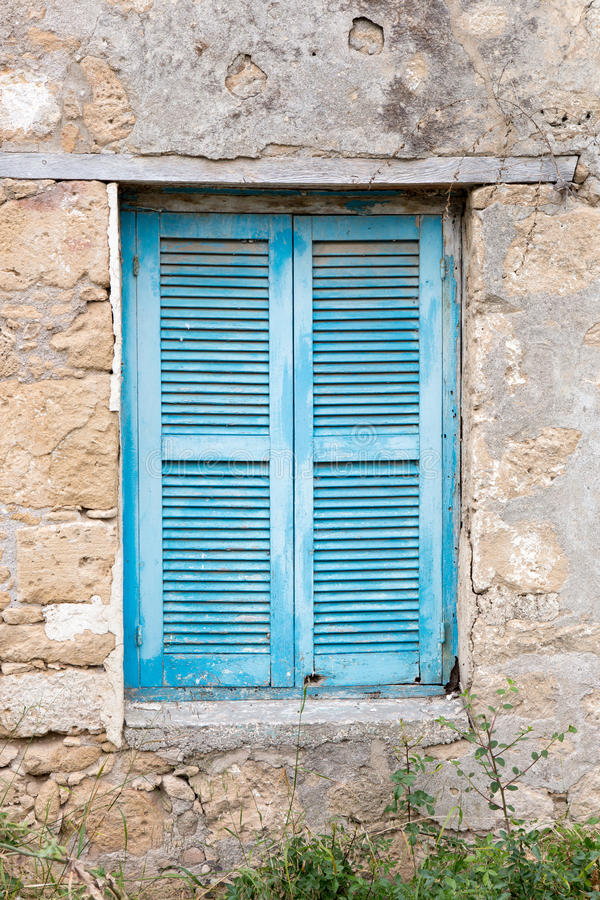 Vecchia finestra accecata fuori fotografia stock