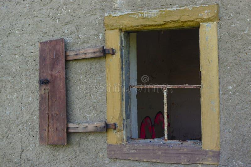 Vecchia finestra aperta e rotta sulla parete fotografia stock libera da diritti
