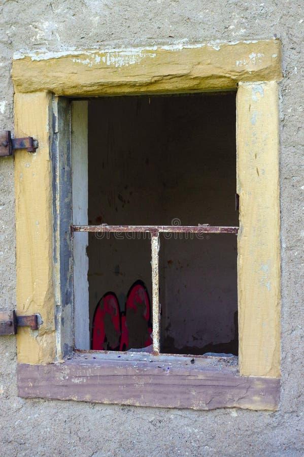 Vecchia finestra aperta e rotta sulla parete immagini stock libere da diritti