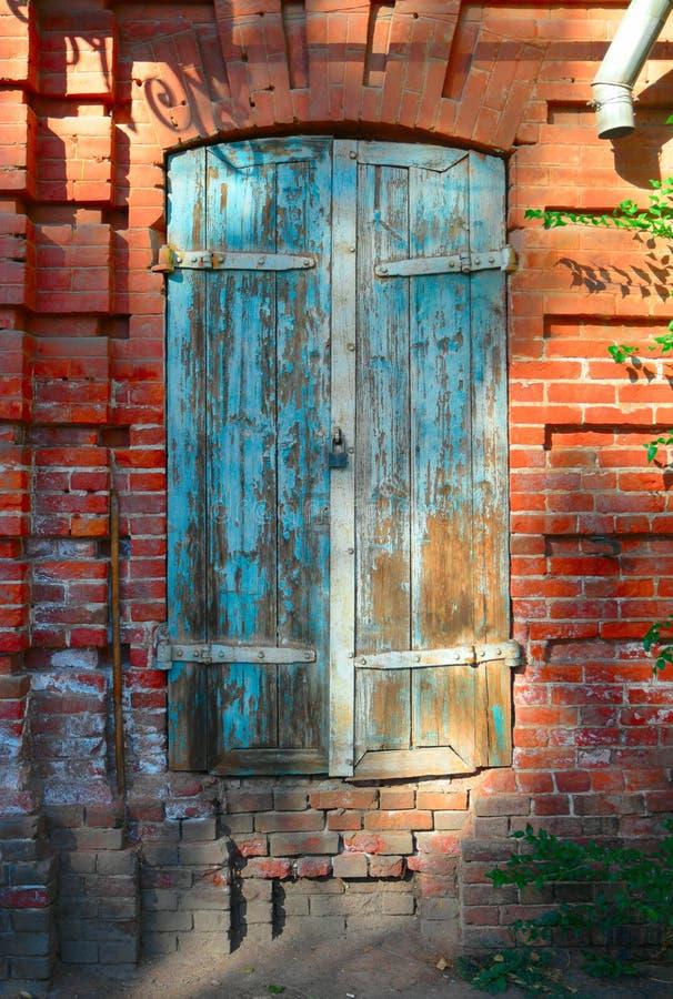 Vecchia finestra blu in astrachan 39 russia del negozio con for Finestra vecchia