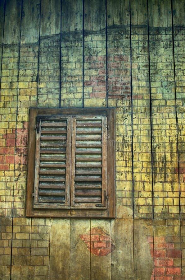 Vecchia finestra con gli otturatori immagine stock