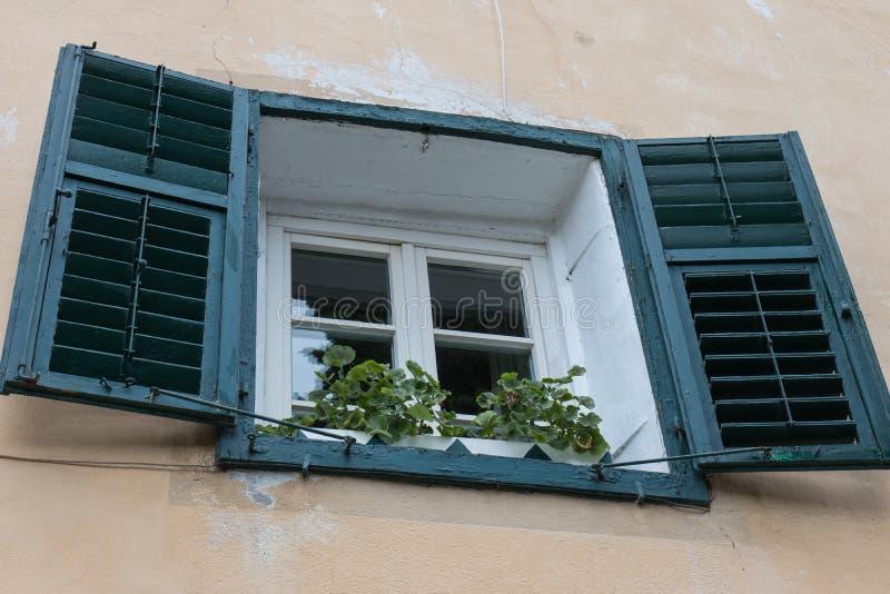 Vecchia finestra con gli otturatori fotografia stock libera da diritti