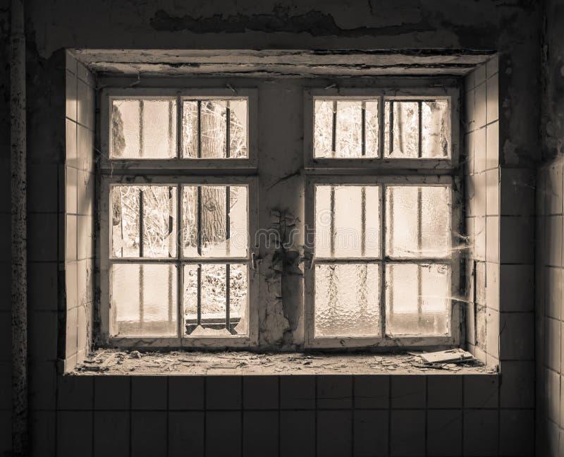 Vecchia finestra con la griglia immagini stock