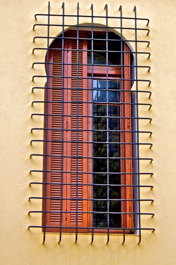 Vecchia finestra con la griglia del metallo fotografie stock libere da diritti