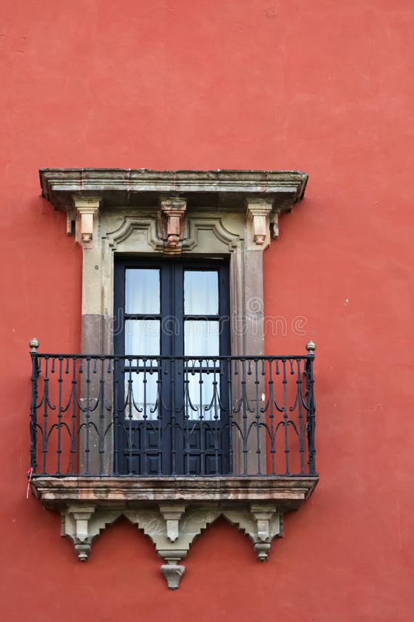 Vecchia finestra con un balcone immagini stock