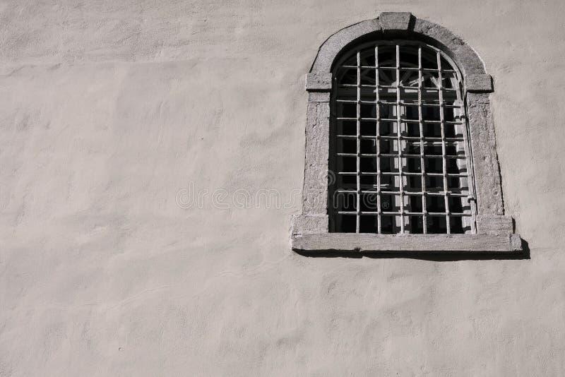 Vecchia finestra con una grata del ferro su una facciata for Disegno una finestra testo