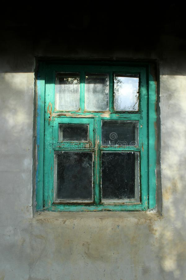 Vecchia finestra con una struttura verde immagini stock