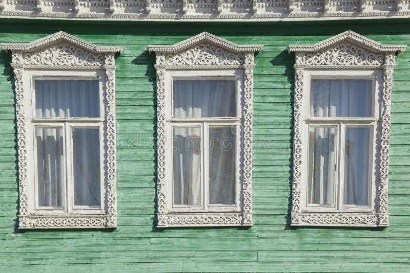 Vecchia finestra decorata di legno fotografia stock for Finestra vecchia