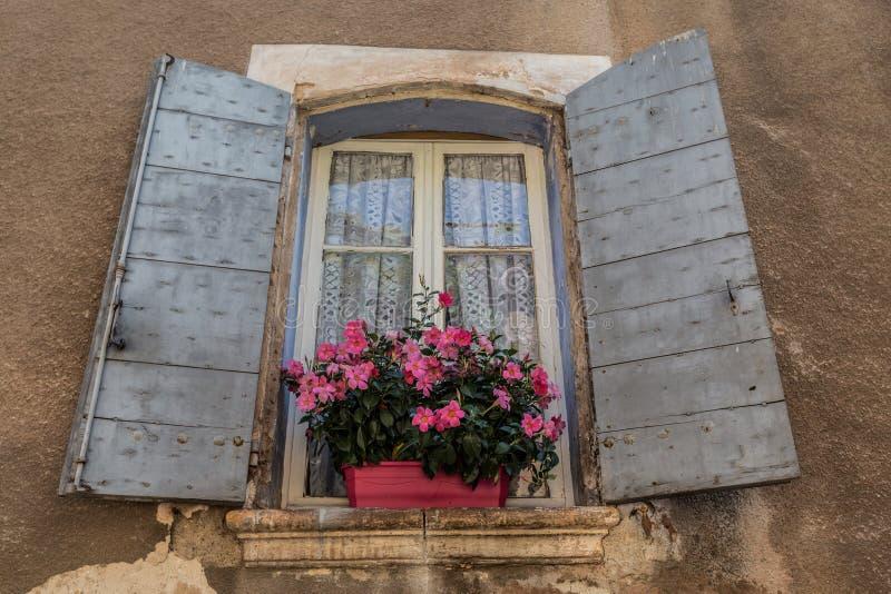 Vecchia finestra della provenza fotografia stock for Finestra vecchia