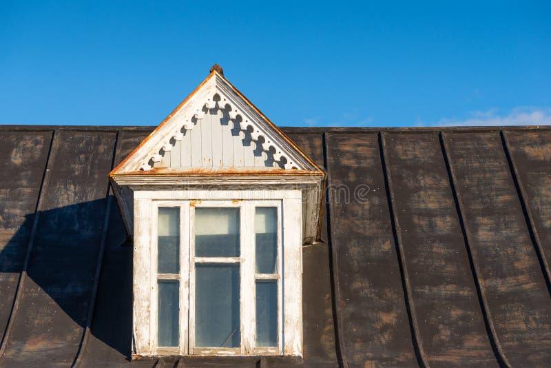 Vecchia finestra di dormer fotografia stock