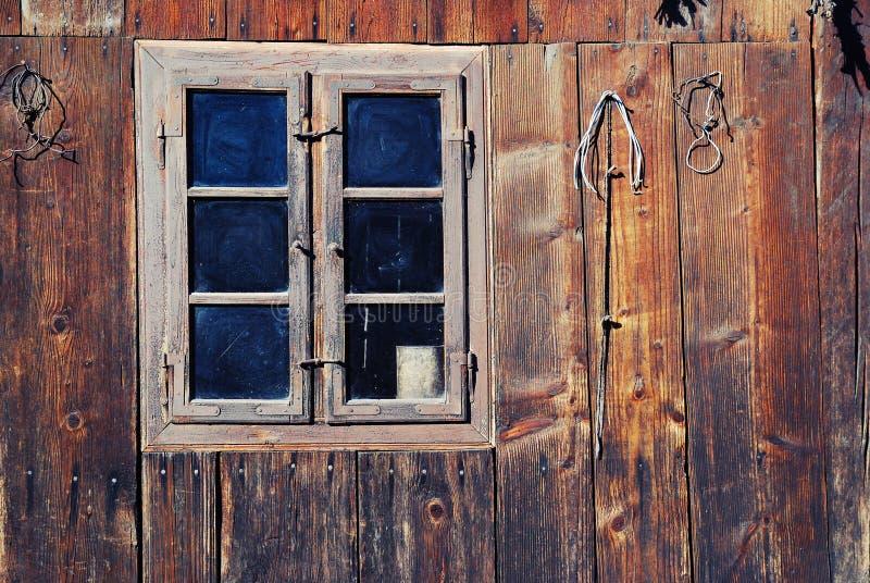 Vecchia finestra di legno immagine stock immagine di for Finestra vecchia