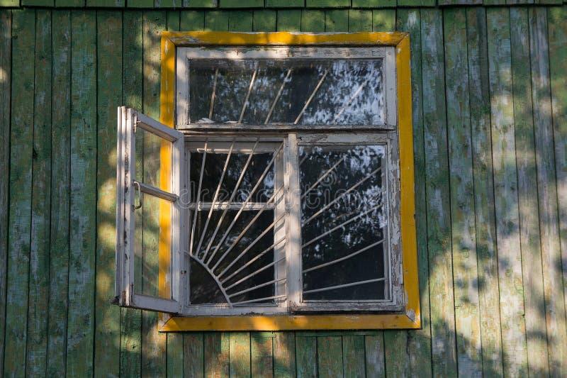 Vecchia finestra di legno con la griglia fotografia stock libera da diritti