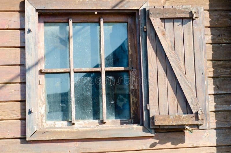 Vecchia finestra di legno sulla casa di campagna for Finestra vecchia