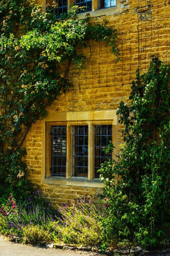 Vecchia finestra di legno in un monumento storico, pietra caratteristica f fotografia stock