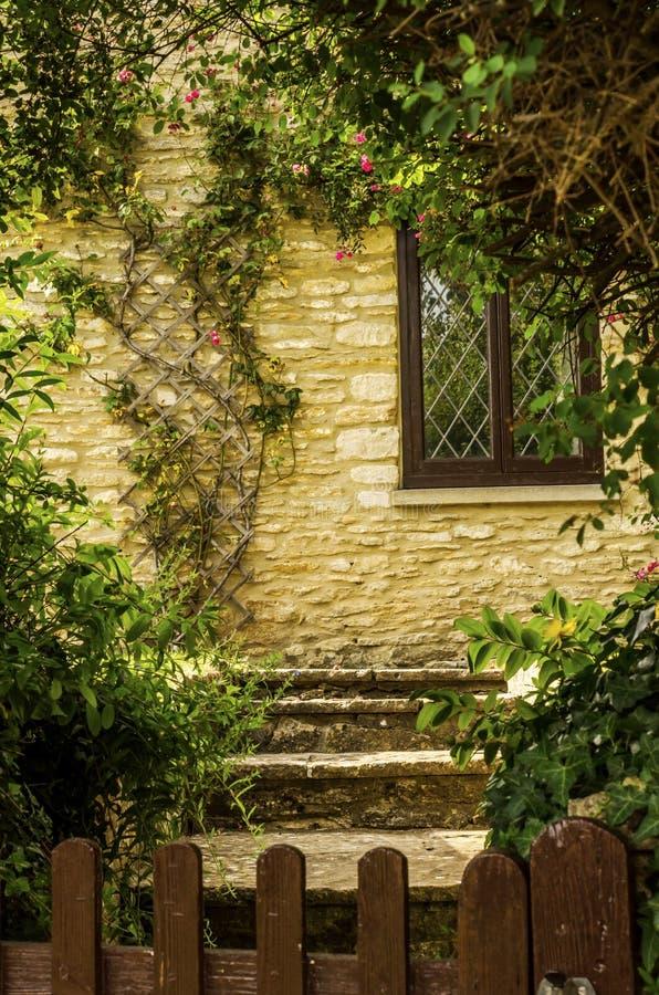 Vecchia finestra di legno in un monumento storico, pietra caratteristica f fotografia stock libera da diritti