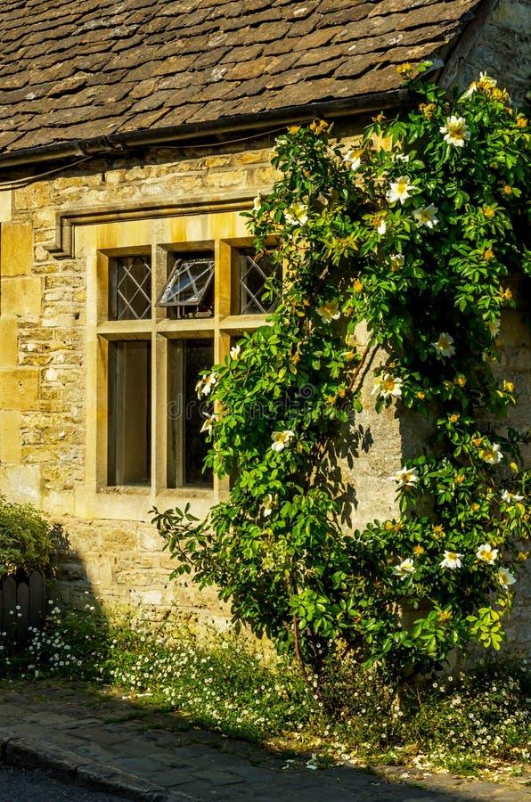 Vecchia finestra di legno in un monumento storico, pietra caratteristica f immagini stock libere da diritti