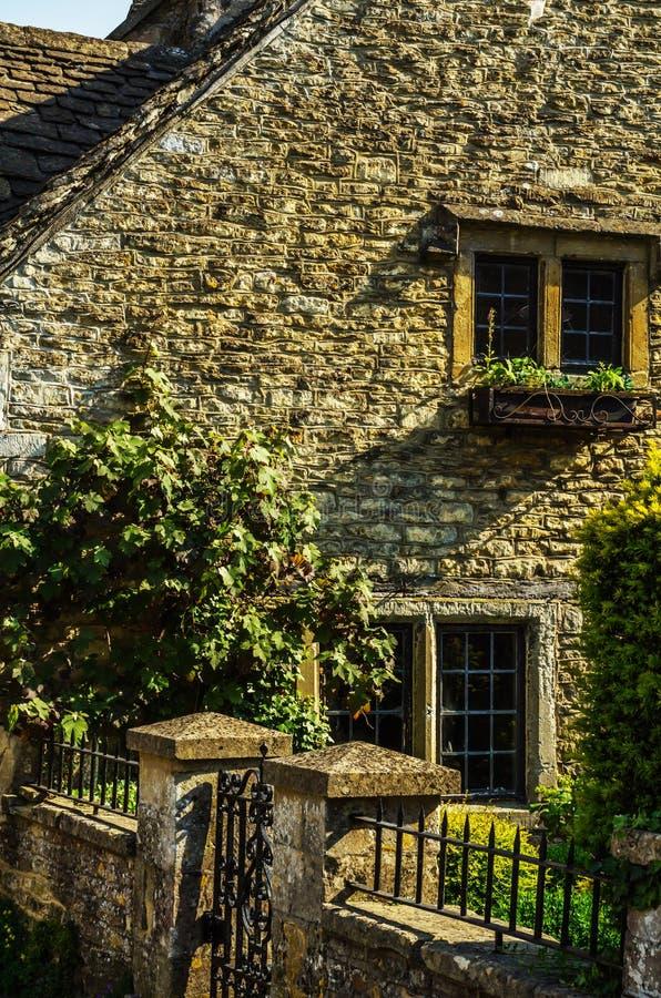Vecchia finestra di legno in un monumento storico, pietra caratteristica f fotografie stock