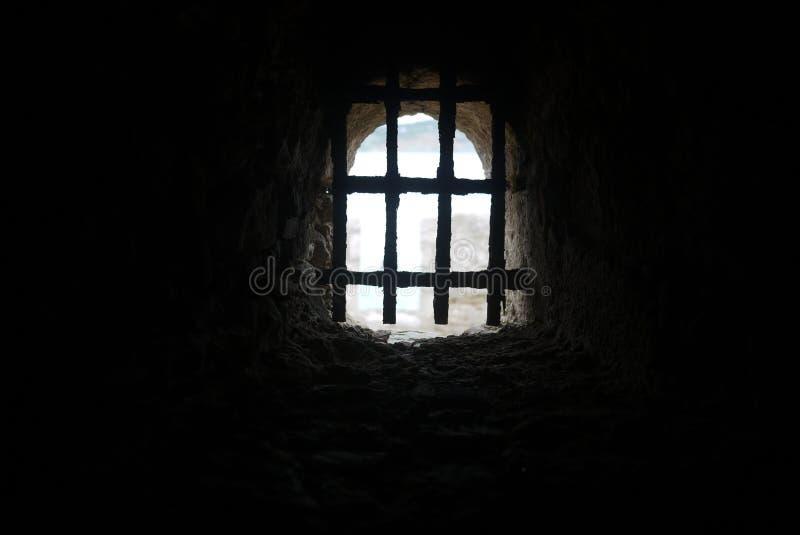 Vecchia finestra di pietra del castello con le sbarre di ferro immagine stock libera da diritti