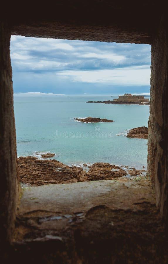 Vecchia finestra di pietra in parete di Saint Malo immagini stock