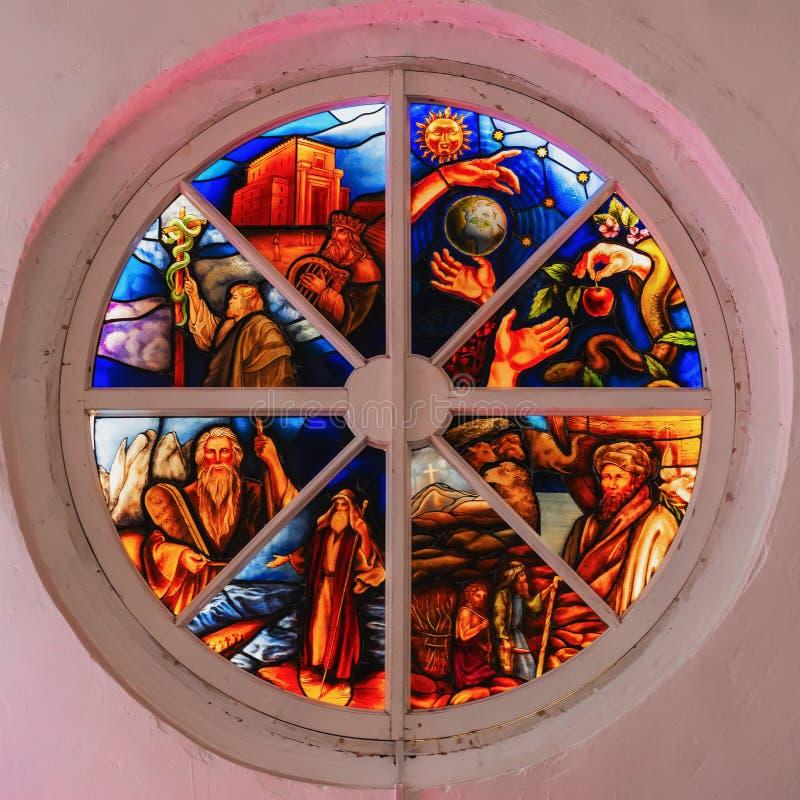 Vecchia finestra di vetro macchiato rotonda in distrutto nella chiesa, colori luminosi fotografia stock libera da diritti