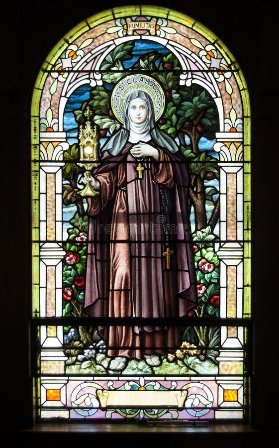 Vecchia finestra di vetro macchiato variopinta della chiesa fotografia stock