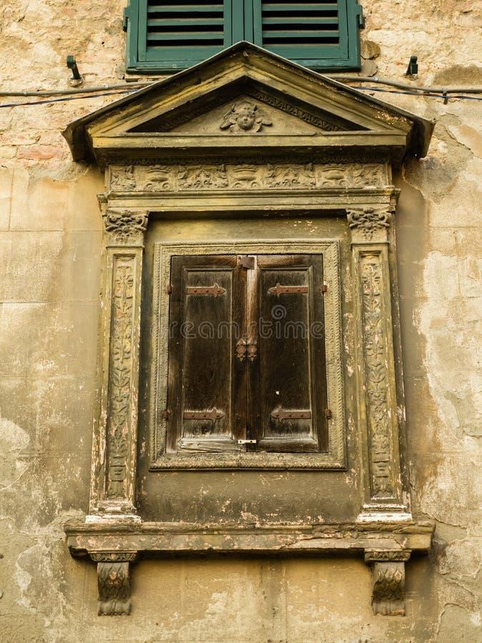 Vecchia finestra ed otturatori di legno in via italiana fotografia stock