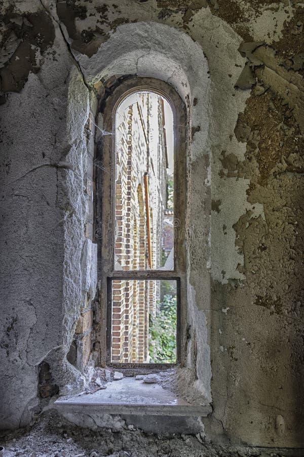 Vecchia finestra incurvata di sbriciolatura della chiesa fotografia stock libera da diritti