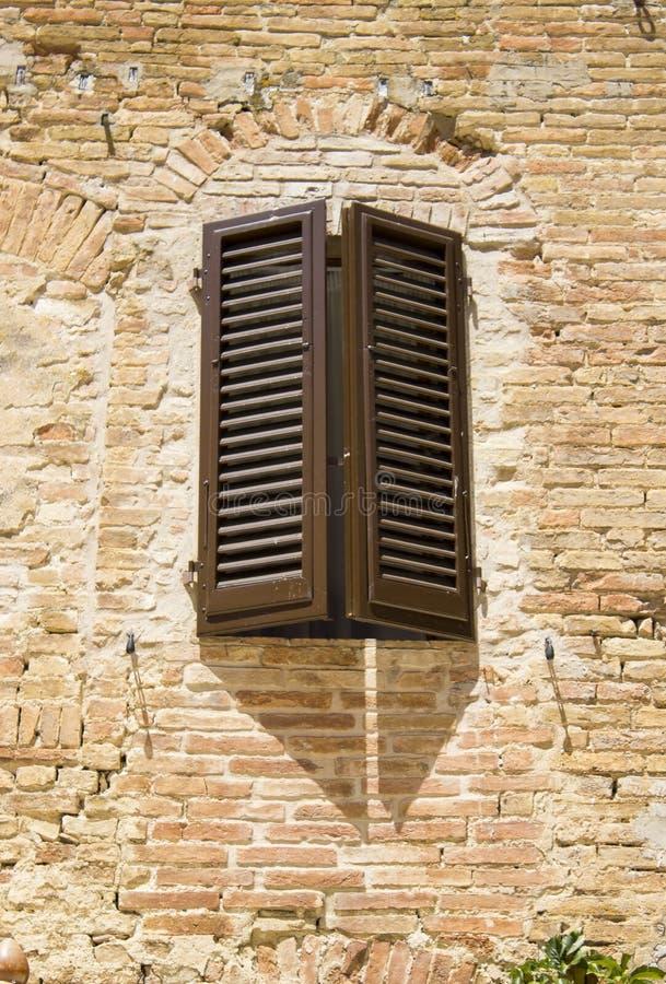 Vecchia finestra italiana, Toscana, Italia fotografie stock libere da diritti