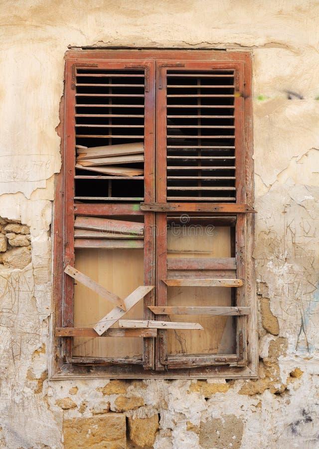 Vecchia finestra rotta di legno fotografia stock immagine di parete nostalgia 16215112 - La finestra rotta ...