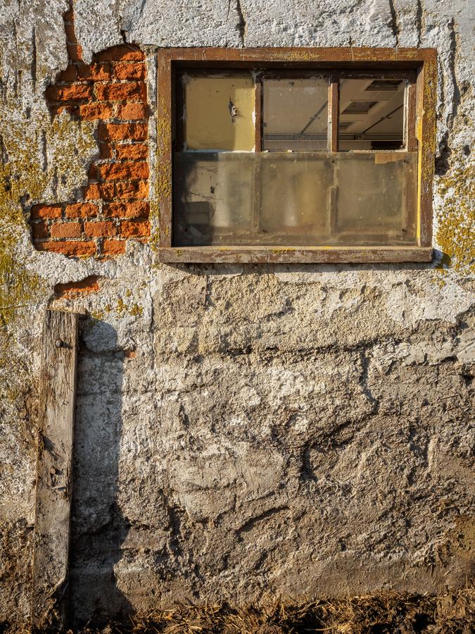 Vecchia finestra sporca del granaio e parete nociva fotografia stock