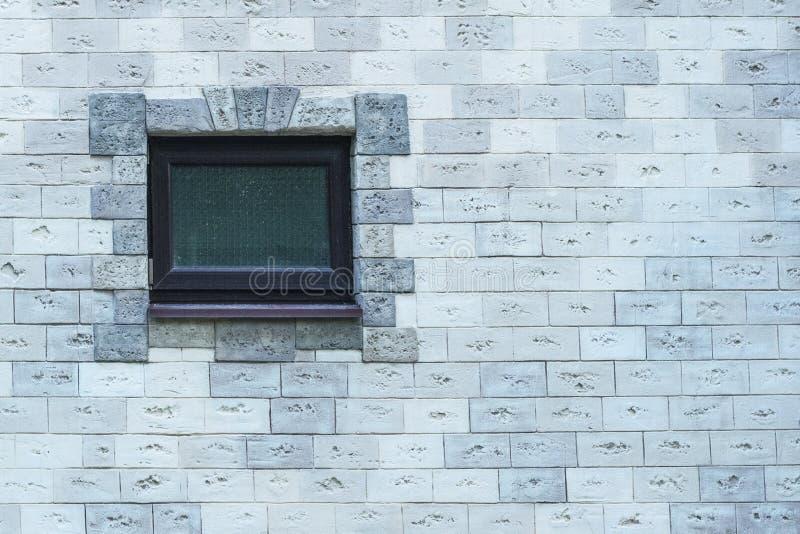 Vecchia finestra su un muro di mattoni decorativo fotografie stock