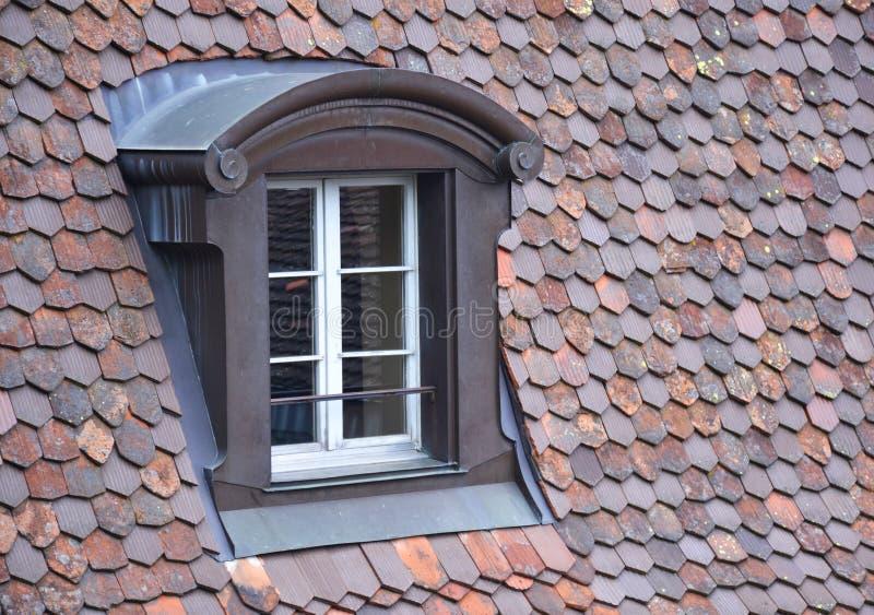 Vecchia finestra su un tetto fotografia stock libera da diritti