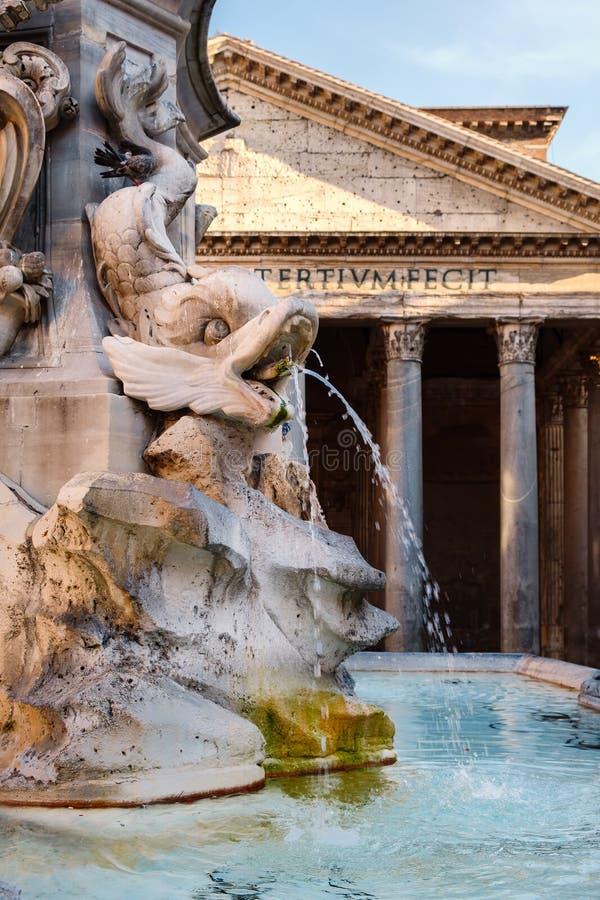 Vecchia fontana accanto al panteon a Roma al tramonto immagine stock libera da diritti