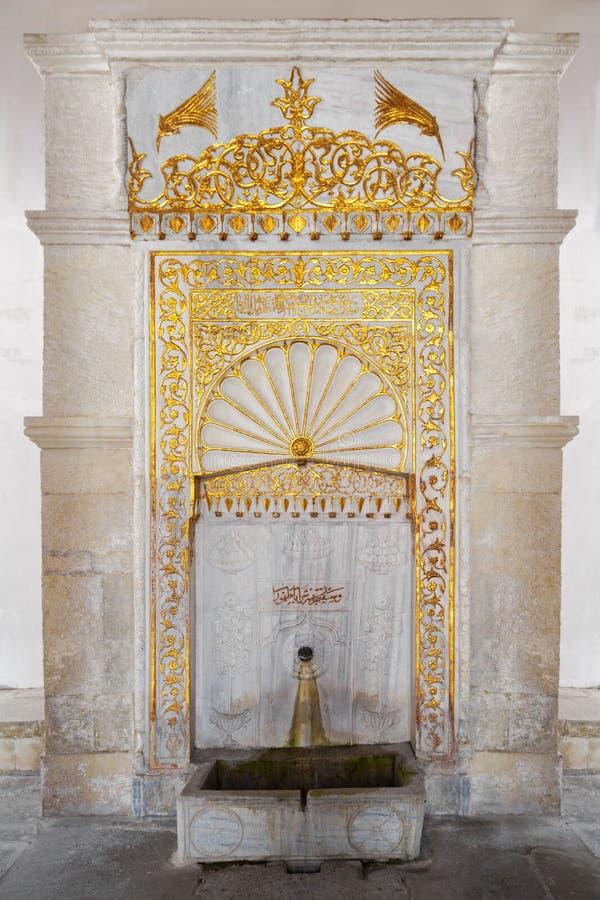 Vecchia fontana antica decorata con gli ornamenti dorati immagini stock