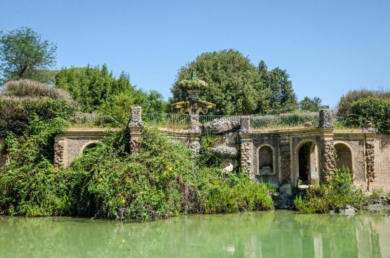 Vecchia fontana antica del giglio nel parco della villa Doria-Pamphili a Roma, Italia fotografie stock libere da diritti