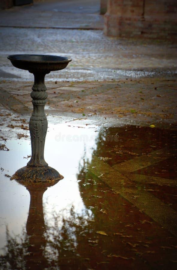 Vecchia fontana classica immagini stock libere da diritti