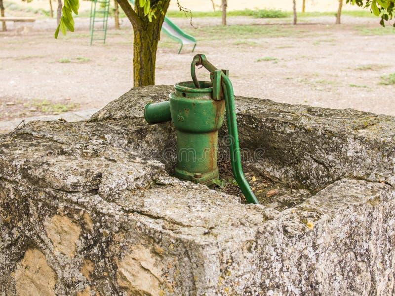 Vecchia fontana di pompaggio fotografia stock
