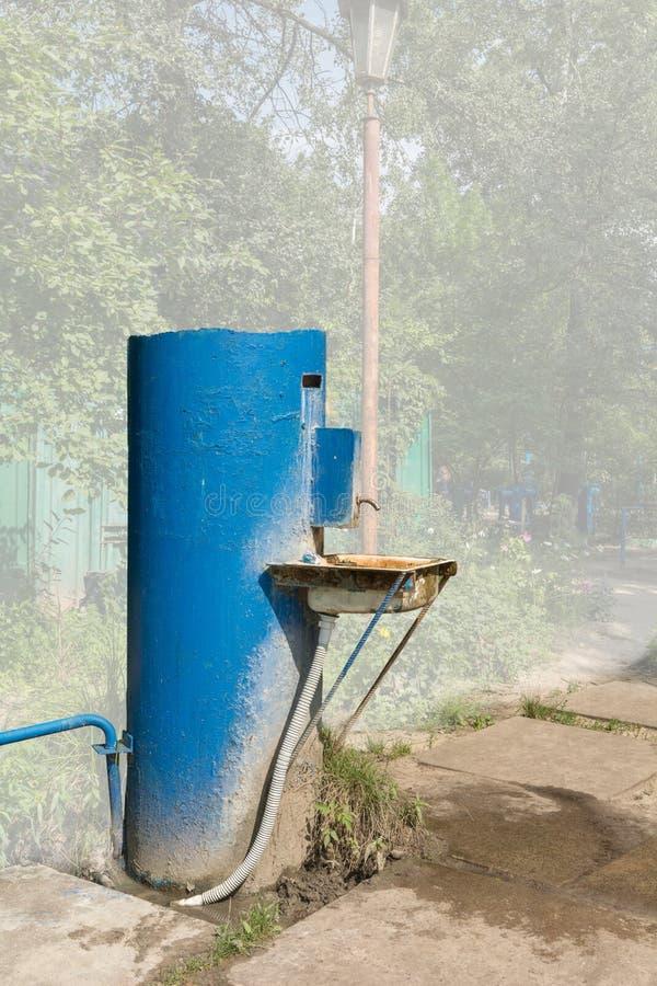Vecchia fontana pubblica della città immagini stock