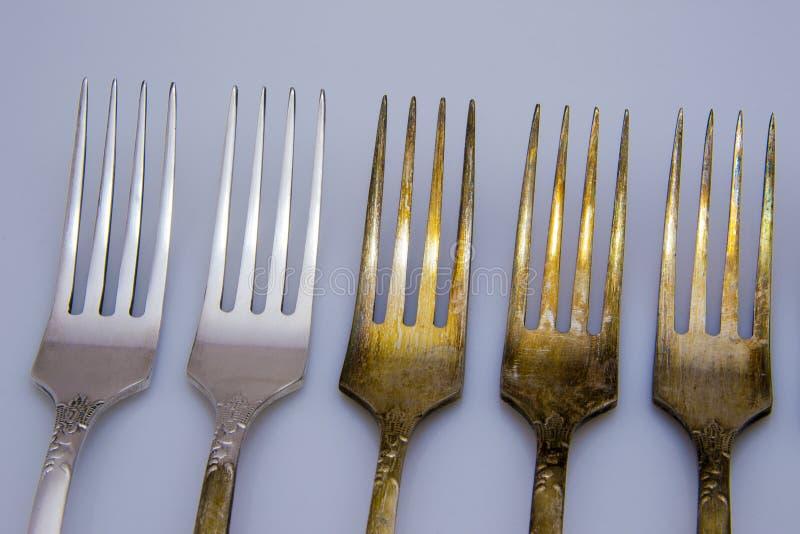 Vecchia forcella del metallo con il coltello ed il cucchiaio isolati su un fondo bianco fotografie stock