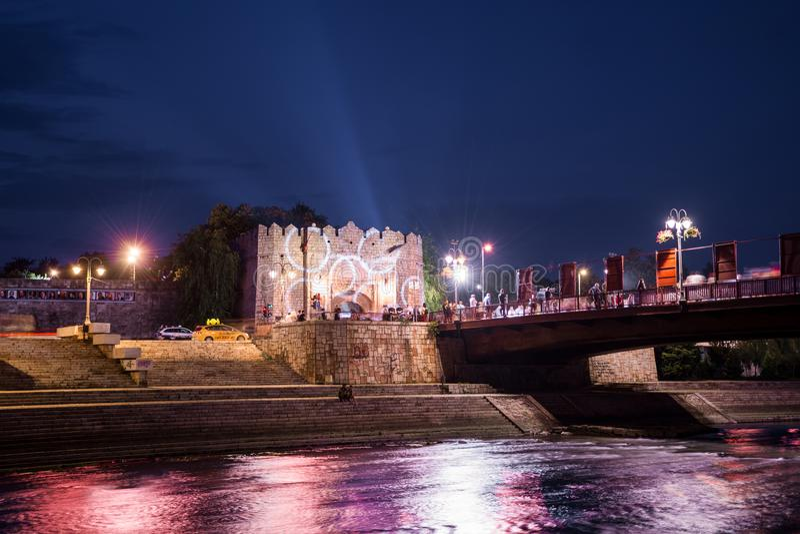 Vecchia fortezza medievale e fiume variopinto e ponte sul festival cinematografico fotografia stock libera da diritti