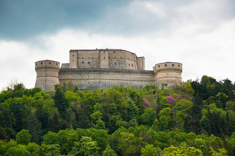 Vecchia fortezza medievale nella città di San Leo delle regioni della Marche in Italia immagini stock libere da diritti